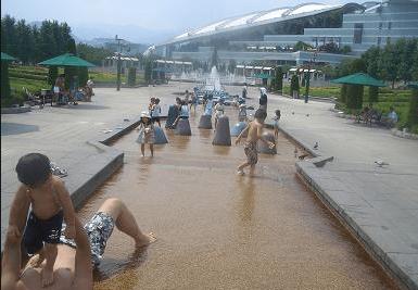 水遊びが楽しめるじゃぶじゃぶ池、公園、プール(阪神競馬場のセントウルガーデン)