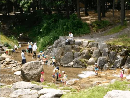 水遊びが楽しめるじゃぶじゃぶ池、公園、プール(マキノ高原のヨキトギ川)