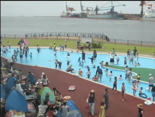 水遊びが楽しめるじゃぶじゃぶ池、公園、プール(加古川海洋文化センターの施設内の池)