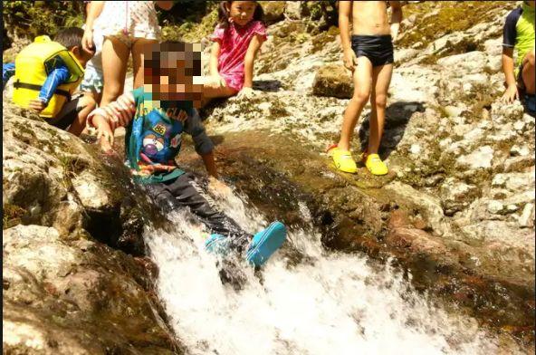 水遊びが楽しめるじゃぶじゃぶ池、公園、プール(NPO法人かんなべ自然学校の施設内の小川)