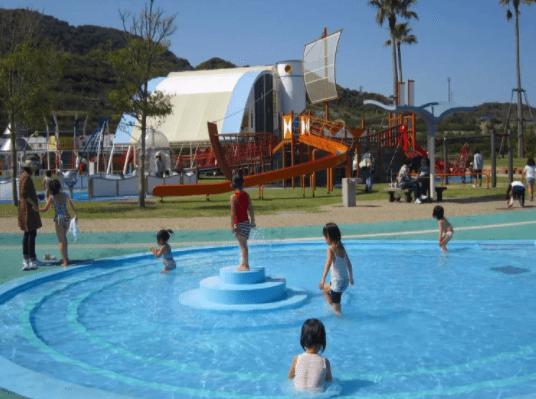 水遊びが楽しめるじゃぶじゃぶ池、公園、プール(国営明石海峡公園のじゃぶじゃぶ広場)