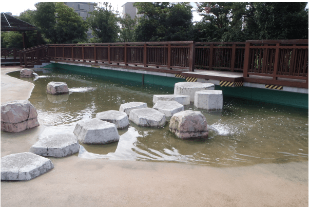 鶴見緑地屋外プール(ジャブジャブ池)